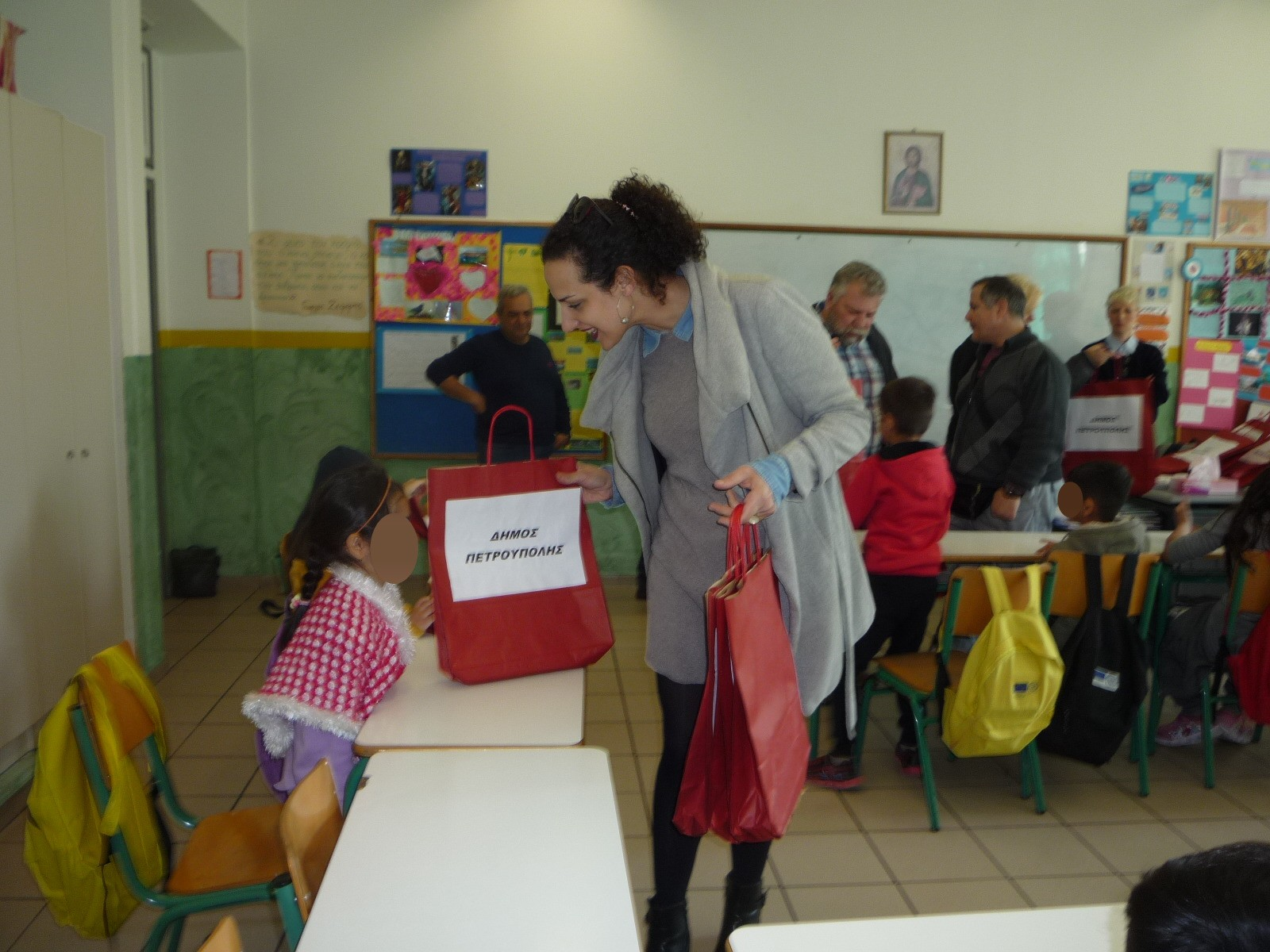 abe229b3d5 Παράδοση σχολικών ειδών στους πρόσφυγες μαθητές σε σχολείο του ...
