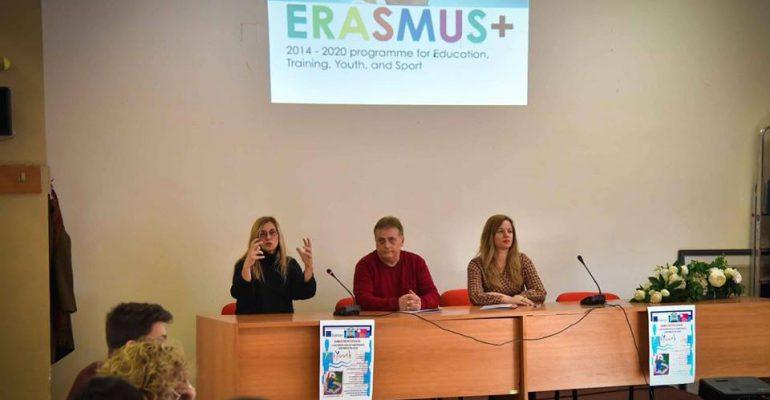 """Ολοκληρώθηκε η ενημερωτική συνάντηση για το πρόγραμμα """"Η Δημοκρατία μέσω της καλλιτεχνικής παρέμβασης των νέων"""
