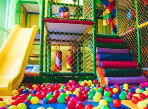 Εικόνα που απεικονίζει τον χώρο ενός παιδότοπου.