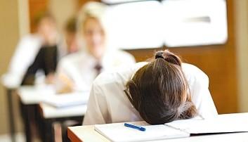 Παιδί που γράφει πανελλήνιες εξετάσεις