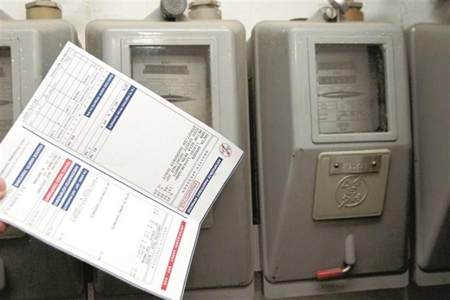 Η εικόνα απεικονίζει κάποια ρολόγια ηλεκτρικού ρεύματος και έναν λογαριασμό ΔΕΗ.